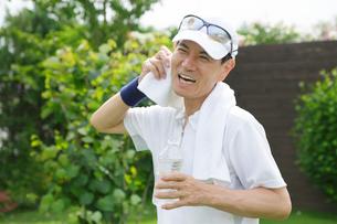 運動をして水を飲むシニア男性の写真素材 [FYI02027021]