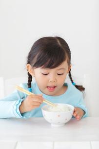 ごはんを食べる女の子の写真素材 [FYI02027024]