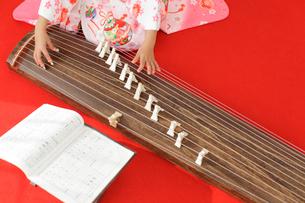 振り袖を着てお琴を弾く女の子の手元の写真素材 [FYI02027025]
