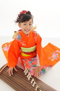 振り袖を着てお琴を弾いている女の子の写真素材 [FYI02027049]