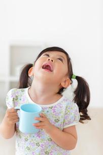 うがいをする女の子の写真素材 [FYI02027085]