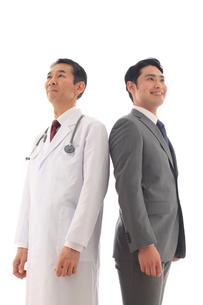 白衣を着た医師とスーツを着た男性の写真素材 [FYI02027116]