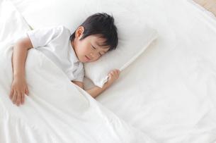 寝室で眠る男の子の写真素材 [FYI02027136]