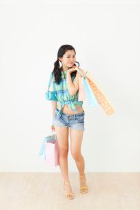 女の子の買い物イメージの写真素材 [FYI02027159]
