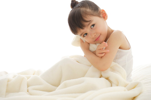 ベッドで寛ぐ女の子の写真素材 [FYI02027165]