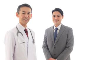 医師に営業をするビジネスマンの写真素材 [FYI02027174]