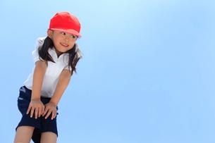 体操服姿の笑顔の女の子の写真素材 [FYI02027186]