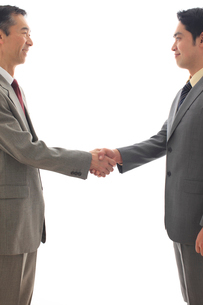 握手をするビジネスマンの写真素材 [FYI02027227]