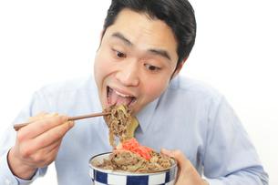 牛丼を食べるサラリーマンの写真素材 [FYI02027283]