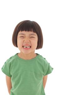 歯が抜けているおかっぱの女の子の写真素材 [FYI02027290]