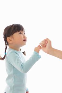 お母さんと指切りをして約束する女の子の写真素材 [FYI02027307]