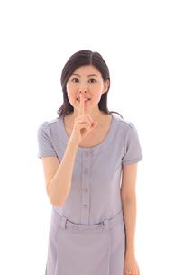 内緒のポーズの若い女性の写真素材 [FYI02027331]