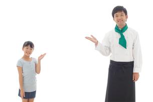 笑顔でポーズをとるシェフと女の子の写真素材 [FYI02027334]