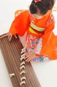 振り袖を着てお琴を弾いている女の子の写真素材 [FYI02027344]