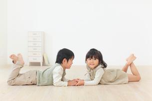 リビングで遊ぶ子供達の写真素材 [FYI02027386]