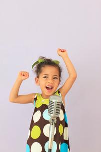 オシャレをして歌う小さな女の子の写真素材 [FYI02027417]