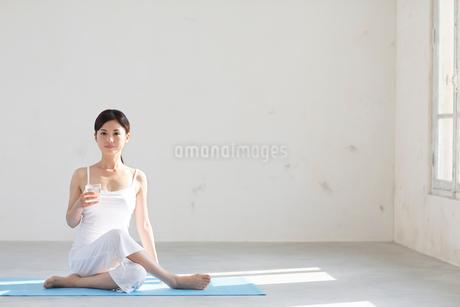 広い空間でヨガをする女性の写真素材 [FYI02027441]
