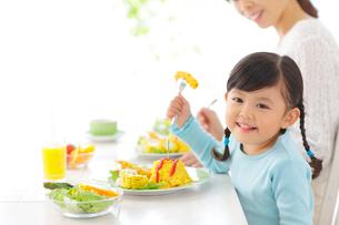 お母さんと一緒に食事をする女の子の写真素材 [FYI02027445]