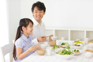 食事をするお父さんと女の子の写真素材 [FYI02027454]