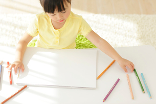 白紙の画用紙に描こうとする女の子の写真素材 [FYI02027482]