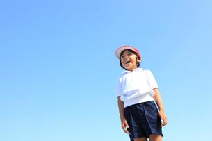 体操服姿の笑顔の男の子の写真素材 [FYI02027486]