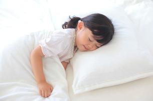 ベッドで眠る女の子の写真素材 [FYI02027571]