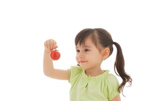 トマトを持つ女の子の写真素材 [FYI02027574]
