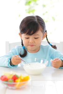ヨーグルトを食べる女の子の写真素材 [FYI02027586]