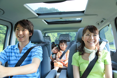 休日にドライブを楽しむ家族の写真素材 [FYI02027595]