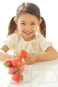 いちごを持つ女の子の写真素材 [FYI02027611]