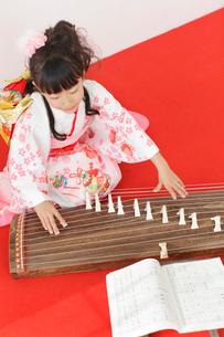 振り袖を着てお琴を弾く女の子の写真素材 [FYI02027660]