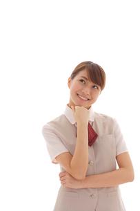 考えるポーズをする制服姿の若い女性の写真素材 [FYI02027674]