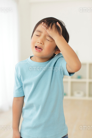 体調不良の男の子の写真素材 [FYI02027727]