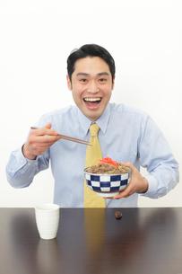 牛丼を食べるサラリーマンの写真素材 [FYI02027762]