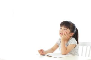 勉強をする女の子の写真素材 [FYI02027867]