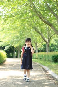 携帯電話で通話するランドセルの小学生の女の子の写真素材 [FYI02027868]