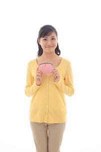 財布を持ちポーズをとる女性の写真素材 [FYI02027874]