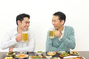 居酒屋で飲む父親と息子の写真素材 [FYI02027877]