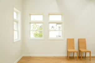 窓と椅子のある明るいリビングルームの写真素材 [FYI02027881]