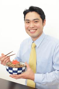 牛丼を食べるサラリーマンの写真素材 [FYI02027886]
