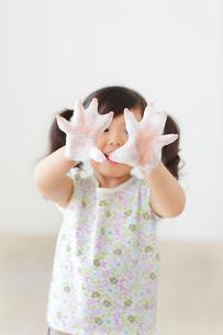 石けんで手を洗う女の子の写真素材 [FYI02027888]