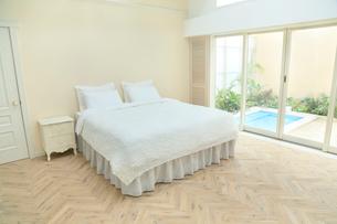 スパへとつながる贅沢なベッドルームの写真素材 [FYI02027894]