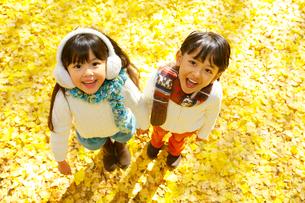 紅葉のきれいな秋の公園で遊ぶ子供達の写真素材 [FYI02027929]