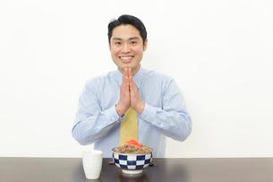 牛丼を食べるサラリーマンの写真素材 [FYI02027948]