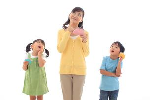 財布を持ち考える親子の写真素材 [FYI02027954]