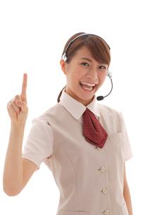 インカムを付けた制服姿の若い女性の写真素材 [FYI02027987]