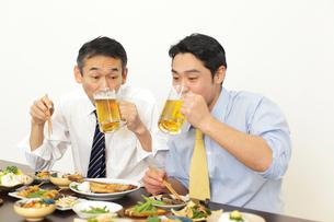 居酒屋で飲み会を楽しむサラリーマンの写真素材 [FYI02028062]