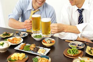 居酒屋で飲み会を楽しむサラリーマンの写真素材 [FYI02028065]