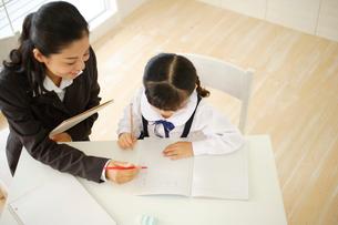 先生と勉強をする女の子の写真素材 [FYI02028068]
