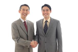 笑顔で握手をするビジネスマンの写真素材 [FYI02028112]